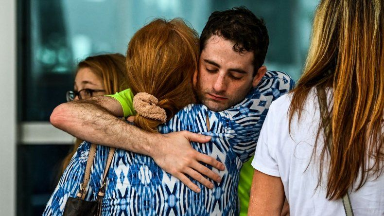 Los familiares y residentes de Champlain Towers South se saludan afuera del Town of Surfside Community Center en Surfside, al norte de Miami Beach.