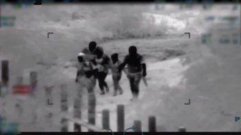 Imagen tomada del video publicado este 23 de abril de 2019 por la Patrulla Fronteriza de EEUU donde se ve a hombres con armas largas en una operación de tráfico humano del lado mexicano de la frontera.