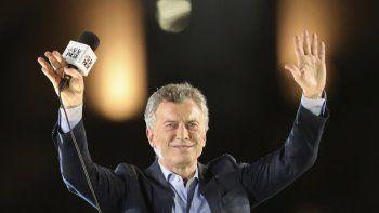 El presidente argentino Mauricio Macri, que se postula para la reelección con el partido Juntos Por el Cambio, saluda a los partidarios durante su cierre de campaña en Córdoba, Argentina, el jueves 24 de octubre de 2019. Archivo.