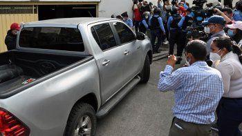 Periodistas rodean el auto que transportaba al exdirector de Inversión Estratégica de Honduras Marco Antonio Bogran Corrales, a su llegada a declarar por cargos de malversación de fondos públicos, en Tegucigalpa el 5 de octubre de 2020. Bogran también está siendo investigado por fraude y abuso de autoridad en relación con el compra de siete hospitales móviles y equipos médicos en el marco de la nueva pandemia de coronavirus.