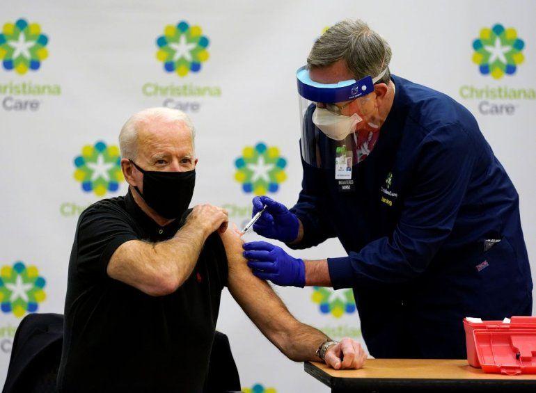 El presidente electo Joe Biden recibe la segunda dosis de la vacuna contra el coronavirus en el Hospital Christiana en Newark