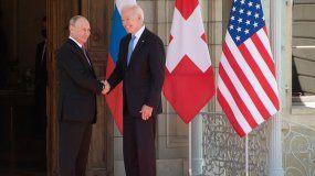 El presidente de Estados Unidos, Joe Biden (derecha) y el presidente de Rusia, Vladimir Putin, se dan la mano cuando llegan a una cumbre entre Estados Unidos y Rusia en Villa La Grange en Ginebra el 16 de junio de 2021.