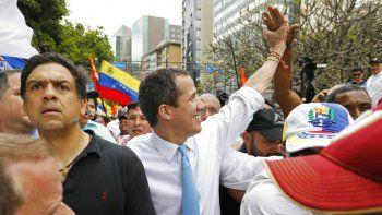 El líder opositor Juan Guaidó saluda a sus simpatizantes durante una protesta en Caracas, Venezuela. Guaidó propuso un Plan de Emergencia para atender la crisis humanitaria en el país.