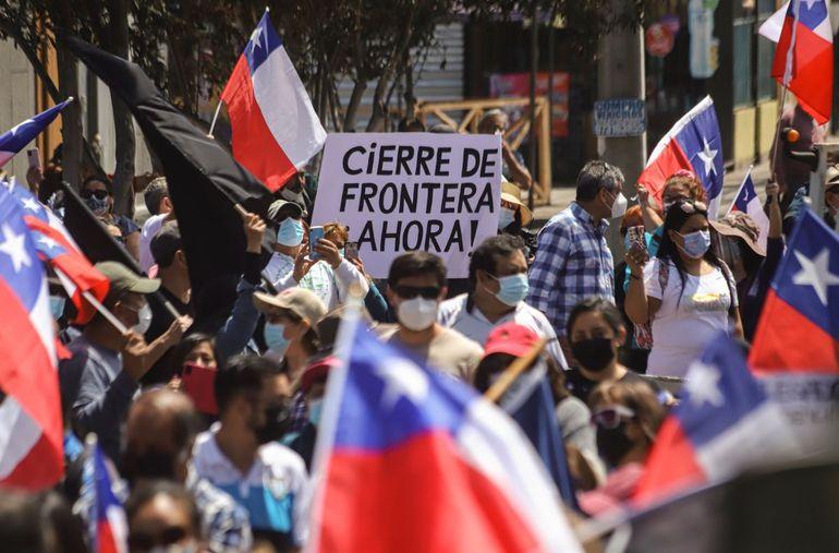 Los residentes participan en una marcha contra la migración irregular, en Iquique, Chile, el sábado 25 de septiembre de 2021. La mayoría de los migrantes que llegan al país sudamericano son venezolanos que ingresan desde el norte.