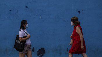 Dos mujeres con mascarillas protectoras contra el coronavirus caminan por el barrio de Vallecas, Madrid, el miércoles, 16 de septiembre del 2020. El secretario general de la ONU dijo el miércoles que la pandemia de COVID-19 sigue descontrolada, con el mundo acercándose a un hito nefasto: 1 millón de muertos por el virus.