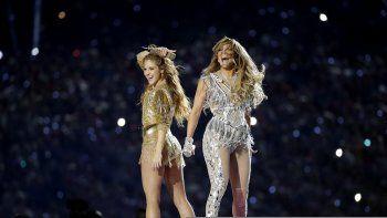Shakira, izquierda, y Jennifer Lopez durante su presentación en el espectáculo de medio tiempo en del Super Bowl 54 de la NFL entre los Chiefs de Kansas City y los 49ers de San Francisco el domingo dos de febrero de 2020 en Miami Gardens, Florida.
