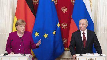 La canciller alemana Angela Merkel y el presidente ruso Vladimir Putin en conferencia de prensa conjunta tras sus conversaciones en el Kremlin en Moscú, Rusia, el sábado 11 de enero de 2020.