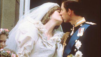 Foto tomada el 29 de julio de 1981 Carlos, Príncipe de Gales, besa a su novia, Diana, en el balcón del Palacio de Buckingham. La BBC lanzará una investigación sobre una entrevista que le hizo a la princesa del pueblo.