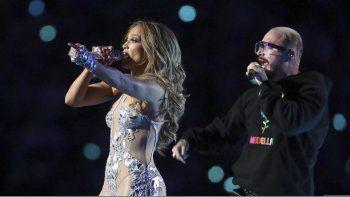 Jennifer Lopez, izquierda, y J Balvin durante su presentación en el espectáculo de medio tiempo del Super Bowl 54 de la NFL el domingo dos de febrero de 2020 en Miami Gardens, Florida.
