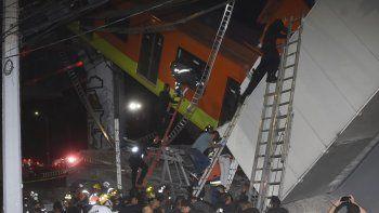 Bomberos y personal de rescate de Ciudad de México trabajan para recuperar a las víctimas de un vagón del metro que cayó luego de que una sección de la Línea 12 del metro colapsara en Ciudad de México, el lunes 3 de mayo de 2021.