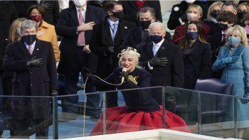 Lady Gaga entona las notas del himno nacional mientras el presidente, Joe Biden, y la primera dama, Jill Biden, observan a la artista de fama internacional.