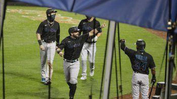 El jugador de los Marlins de Miami Francisco Cervelli celebra con sus compañeros tras sacudir un jonrón de tres carreras en el segundo inning del juego de la MLB que enfrentó a su equipo con los Mets de Nueva York, el 7 de agosto de 2020, en Nueva York.