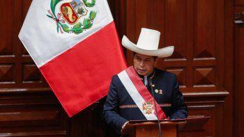El izquierdista Pedro Castillo prestó juramento como el quinto presidente de Perú en tres años el miércoles en el 200 aniversario de la independencia del país, prometiendo el fin de la corrupción y una nueva constitución.
