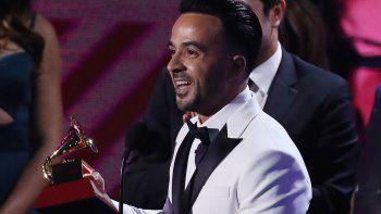 Luis Fonsi sostiene su premio por Grabación del Año durante los XVIII PremiosGrammyLatinos este jueves 16 de noviembre de 2017, celebrados en el MGM Grand Garden Arena de Las Vegas, Nevada.