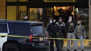 Agentes del FBI y la policía están en las afueras del centro comercial Mayfair Mall tras un tiroteo el viernes, 20 de noviembre del 2020, en Wauwatosa, Wisconsin. Varias personas resultaron heridas, ninguna de gravedad, en el tiroteo. El alcalde de Wauwatosa Dennis McBride dijo que el sospechoso seguía a la fuga.