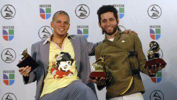 En esta foto del 2 de noviembre de 2006, el dúo Calle 13 posa tras ganar los Latin Grammy al mejor nuevo artista, mejor álbum de música urbana y mejor video versión corta en Nueva York.