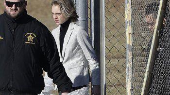 Michelle Carter, centro, sale de la cárcel del condado Bristol, el jueves 23 de enero de 2020, en Dartmouth, Massachusetts, después de cumplir la mayoría de una sentencia de 15 meses por exhortar a su novio a suicidarse en 2014.