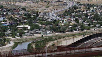 Esta fotografía muestra a Ciudad Juárez, México, al fondo desde El Paso, Texas, el miércoles 22 de abril de 2020, así como una parte del río Bravo y de la valla fronteriza.