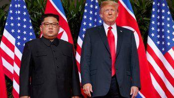 En esta imagen de archivo, tomada el 12 de junio de 2018, el presidente de Estados Unidos, Donald Trump (derecha), se reúne con el líder de Corea del Norte, Kim Jong Un, en una cumbre en la isla Sentosa, en Singapur