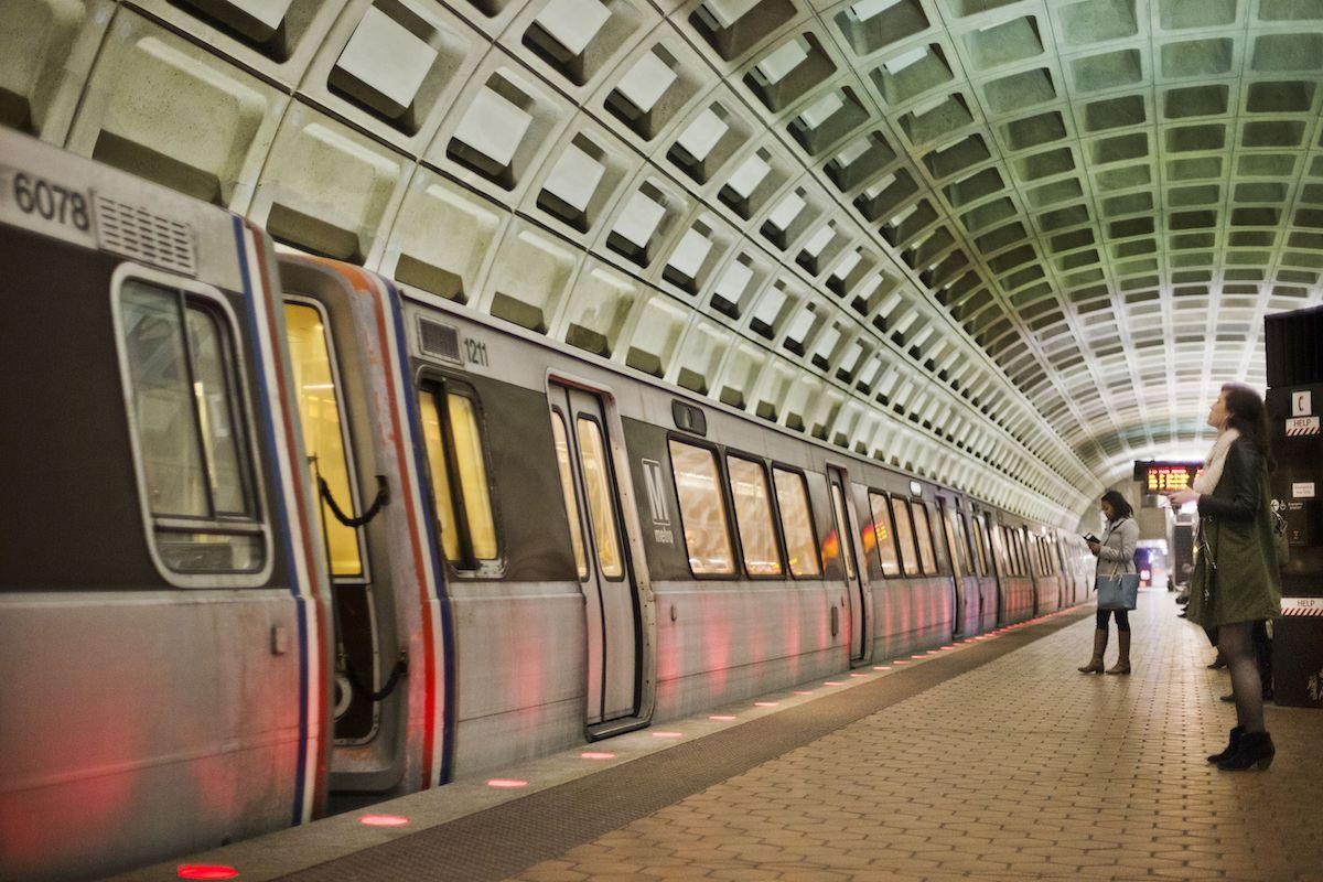 En esta imagen del 12 de marzo de 2015, pasajeros aguardan en el andén antes de abordar un tren en la estación U Street, de Washington.