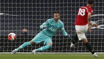 El mediocampista portugués Bruno Fernandes dispara para anotar durante el partido de fútbol de la Premier League inglesa entre Tottenham Hotspur y Manchester United, el 19 de juniode 2020.