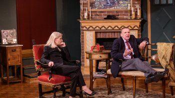 Los actores Catherine Russell y Charles Geyer actúan en el escenario en la obra de mayor duración Perfect Crime Off-Broadway en el Anne Bernstein Theatre en The Theatre Center el 27 de abril de 2021 en la ciudad de Nueva York.