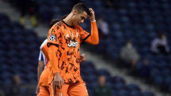 El delantero portugués del Juventus, Cristiano Ronaldo, hace un gesto durante el partido de ida de los octavos de final de la Liga de Campeones de la UEFA entre el Oporto y la Juventus en el estadio Dragao de Oporto el 17 de febrero de 2021.