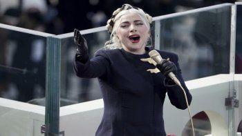 Lady Gaga canta el himno nacional durante la inauguración presidencial en el Capitolio de los Estados Unidos para el presidente electo Joe Biden en Washington, el miércoles 20 de enero de 2021.