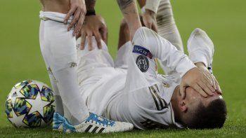El volante Eden Hazard del Real Madrid gesticula de dolor tras sufrir una lesión en el partido contra Paris Saint-Germain el martes 26 de noviembre de 2019.