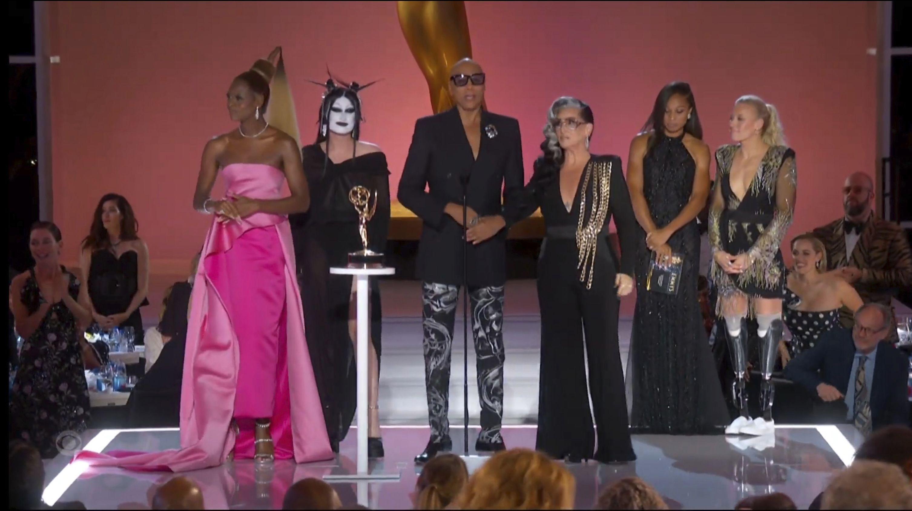 """En esta imagen de video emitida por la Academia de la Televisión, Reggie Gavin, Kade Gottlieb, RuPaul Charles y Michelle Visage, de izquierda a derecha, reciben el premio Emmy al Mejor programa de competencia por """"RuPauls Drag Race"""", el domingo 19 de septiembre de 2021 en Los Angeles."""