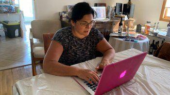 Sharon Litwin fotografiada frente a su computadora en su casa de Teaneck, Nueva Jersey, el 15 de abril del 2020. Madre soltera de una hija adolescente, Litwin dice que el contacto virtual con sus amistades la ayuda a salir adelante en medio del encierro por el coronavirus. A veces necesito conversar con adultos, explica. Y a veces necesito llorar, algo que no quiero hacer delante de mi hija.