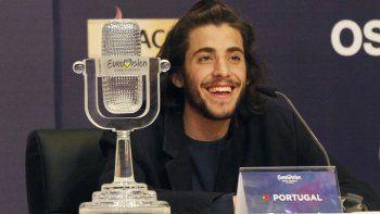 Salvador Sobral de Portugal sonríe mientras habla después de ganar la final del Festival de la Canción de Eurovisión con su canción Amar pelos dois durante una conferencia de prensa en Kiev, Ucrania, el sábado 13 de mayo de 2017.