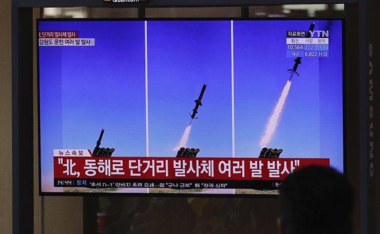 Un televisor emite reportes sobre el lanzamiento de misiles en Corea del Norte