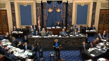 En esta imagen tomada de un video, la representante demócrata por California Zoe Lofgren interviene en favor de una enmienda presentada por el senador demócrata Chuck Schumer, de Nueva York, durante el juicio político al presidente de Estados Unidos, Donald Trump, en el Senado, en el Capitolio, Washington, el 21 de enero de 2020.