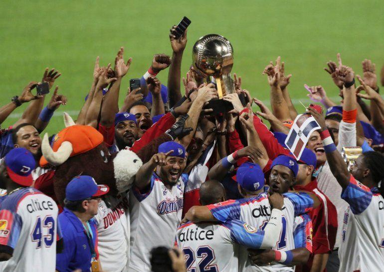 Los jugadores de la República Dominicana celebran tras vencer a Venezuela y coronarse campeones de la Serie del Caribe en San Juan