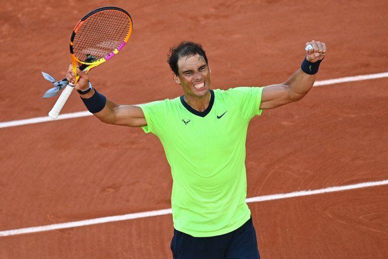 El español Rafael Nadal celebra después de ganar contra el italiano Jannik Sinner en octavos de final del Roland Garros en París el 7 de junio de 2021