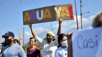 A la falta de libertades a las que son sometidos por la dictadura, los venezolanos se enfrentan a carencias como el alimento y servicios básicos como el agua potable.
