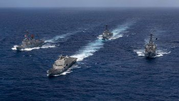 Las naves de guerra USS Detroit, USS Lassen, USS Preble y USS Farragutson vistasen aguas del Caribe el 11 de mayo de 2020 acompañadas de helicópteros MH-60R Sea Hawk.