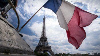 La Torre Eiffel, cerrada a mediados de marzo como parte de las restricciones por la pandemia de coronavirus, reabrió el 25 de junio, pero sin habilitar los ascensores para subir hasta el segundo piso. Los turistas tienen que superar 674 escalones para llegar a la plataforma.