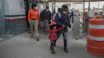 Una familia de migrantes cruza la frontera entre México y Estados Unidos el viernes 26 de febrero de 2021 para ingresar a El Paso, Texas, en Ciudad Juárez, México.