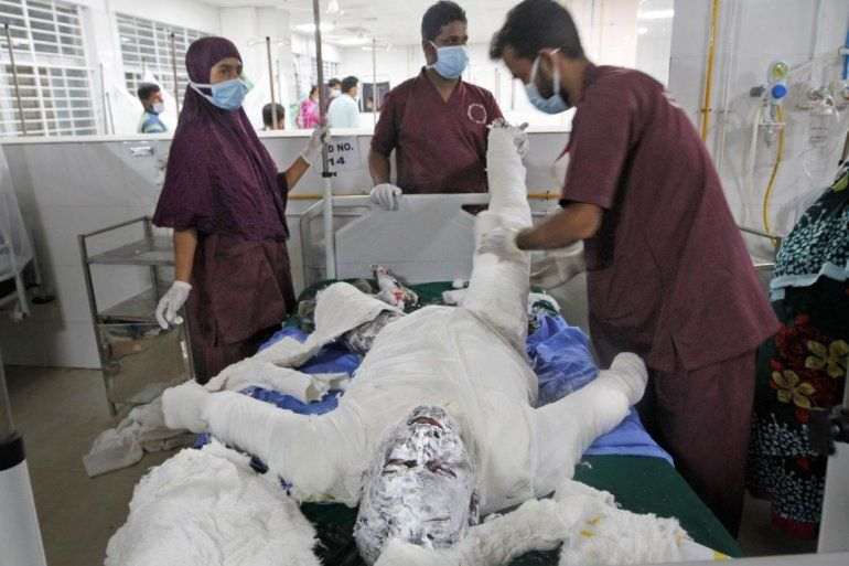 Varios médicos atienden el sábado 5 de septiembre de 2020 a una persona que se quemó al estallar un gasoducto junto a la mezquita en la que se encontraba