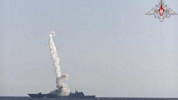 En esta imagen tomada de un video distribuido por el servicio de prensa del Ministerio ruso de Defensa, un nuevo misil de crucero hipersónico Zircon sale desde la fragata Almirante Gorshkov de la Marina rusa desde el Mar Blanco, en el norte de Rusia, el lunes 19 de julio de 2021.