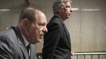 Harvey Weinstein, izquierda, llega a la corte penal de Manhattan para un día de testimonios en su juicio por abuso sexual y violación el 31 de enero de 2020 en Nueva York.