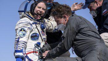 La astronauta de la NASA Kate Rubins recibe ayuda para salir de una cápsula soyuz MS-17 minutos después de aterrizar, junto a los cosmonautas Sergey Kud-Sverchkov y Sergey Ryzhikov, en una zona remota cerca de la localidad de Zhezkazgan, en Kazajistán, el 17 de abril de 2021.