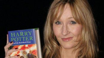 En esta fotografía de archivo del 15 de julio de 2005 J.K. Rowling con una copia de su libro Harry Potter and the Half-Blood Prince en el Castillo de Edimburgo, en Escocia.