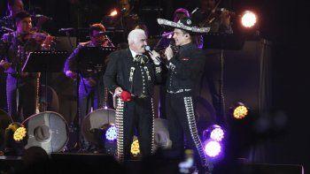 En esta fotografía del 16 de abril de 2016, Vicente y Alejandro Fernández, padre e hijo, cantan juntos en un concierto gratuito en el Estadio Azteca, en la Ciudad de México.