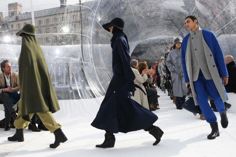 Las modelos presentan creaciones para Kenzo durante el desfile de moda de la colección Womens Fall-Winter 2020-2021 Ready-to-Wear collection