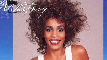 """En esta imagen difundida por Arista Records, la portada del álbum Whitney de Whitney Houston. La difunta cantante obtuvo su tercer álbum certificado diamante y se convirtió en la primera artista de raza negra en lograr esta hazaña. La RIAA y Legacy Recordings anunciaron el miércoles 28 de octubre del 2020 que el segundo álbum de Houston, """"Whitney"""" de 1987, alcanzó la certificación al haber vendido más de 10 millones de copias."""