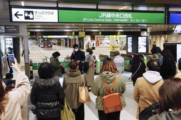 Pasajeros se congregan a la entrada de una estación luego de la suspensión sel servicio de trenes rápidos por un sismo que sacudió el nordeste de Japón el sábado