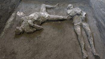Los moldes de yeso de lo que se cree eran un hombre rico y su esclavo que huían de la erupción del volcán Vesuvio hace casi 2.000 años se ven en lo que era una finca elegante en las afueras de la antigua ciudad romana de Pompeya, destruida por la erupción de 79 d.C.